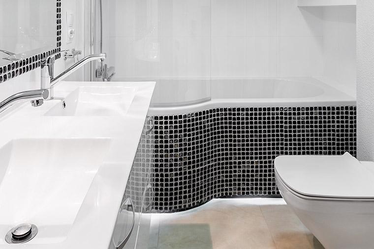 Badewanne mit Mosaikfliesen